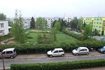 Další etapa revitalizace třebíčského sídliště Hájek začne přibližně za čtrnáct dní a dotkne se ulice Františka Hrubína a Marie Majerové. Část zahrady u Třebíčského centra ustoupí parkovišti, přibudou tu zpomalovací retardéry.