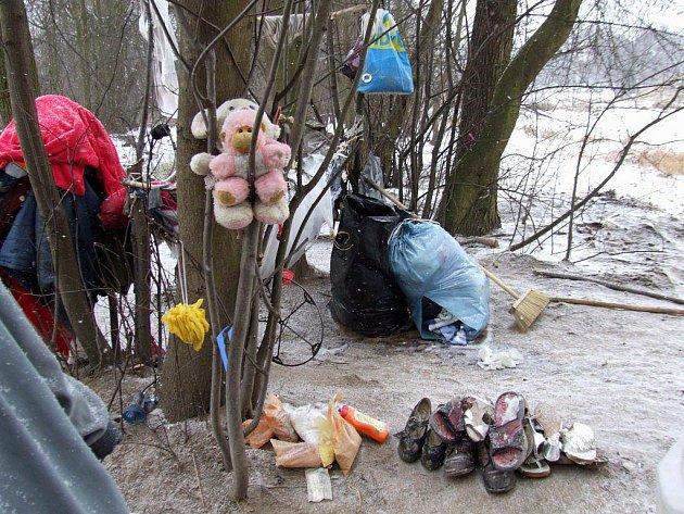 Jaroměřická bezdomovkyně si vytvořila na břehu řeky Rokytné svérázný přístřešek.