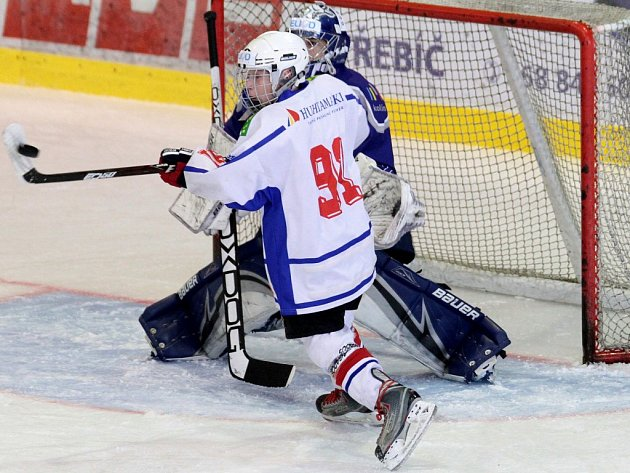 Mladší dorostenci Horácké Slavie Třebíč (v bílém) horším týmem na ledě Krkonoš nebyli, ale vyrovnat nedokázali.