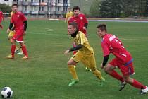 Celkem šest gólů nastříleli starší dorostenci HFK Třebíč (v červeném) krajskému rivalovi z Velkého Meziříčí, kterého hostili v 11. kole divize D.