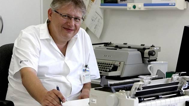 Šéfuje infekčnímu oddělení třebíčské nemocnice. Vrátil se po dovolené a hned první den vyšetřoval mladého muže s chřipkovými příznaky, který projel Evropu. Vzorky putovaly do Národní referenční laboratoře pro chřipku v Praze.
