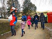 I přes mrazivé počasí se odpoledne sešel hojný počet rodičů s dětmi, kteří vynesli Moranu k Dolnímu rybníku.