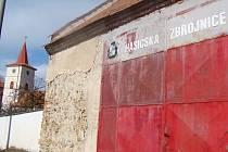 Starou hasičskou zbrojnici už získala římskokatolická farnost. Evangelíci usilují o další obecní majetek.