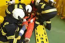 Tým zdravotnických záchranářů při cvičení použil speciální vozidlo s filtroventilačním okruhem.