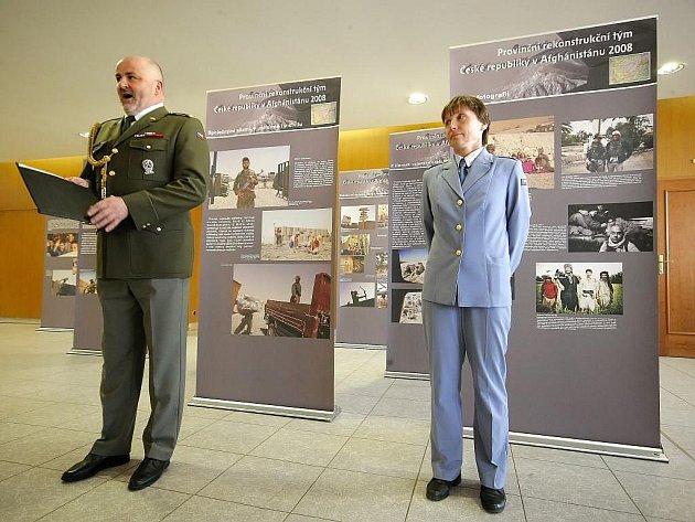 Neobvyklá vernisáž proběhla v úterý v Kongresovém centru Pasáž v Třebíči, kde byly představeny fotografie a artefakty dokumentující práci a život Provinčního rekonstrukčního týmu ČR v afghánském Logaru.