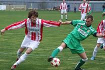 Vyhrocené derby plné emocí mají za sebou fotbalisté Náměště-Vícenic a Rapotic (v zeleném). Oba rivalové se nakonec o body dělili.