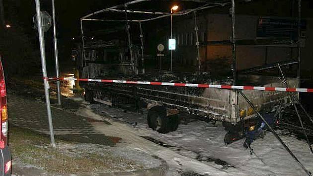 Přímo za jízdy začal hořet nákladní vůz jedoucí v noci z úterý na středu v Nádražní ulici v Náměšti nad Oslavou.
