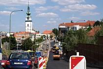 Z důvodu oprav hlavního tahu Třebíčí se ve městě tvoří dlouhé kolony.