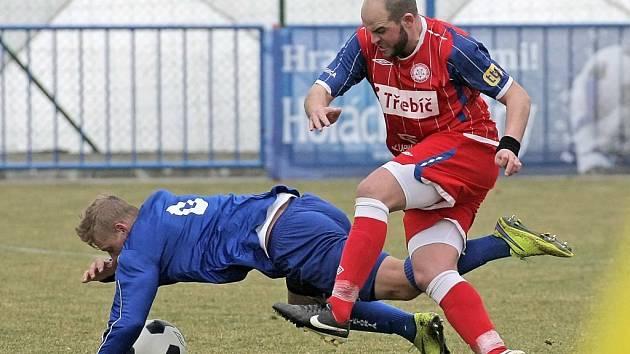 Fotbalisté Třebíče (vpravo Jiří Chlup) zítra přivítají vedoucí Prostějov.