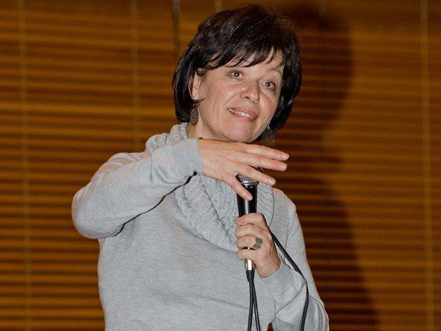 Mystička a duchovní učitelka Iva Adamcová na jedné ze svých přednášek. Od června 2011 přednáší veřejně po celé České republice. O její akce bývá pokaždé velký zájem.