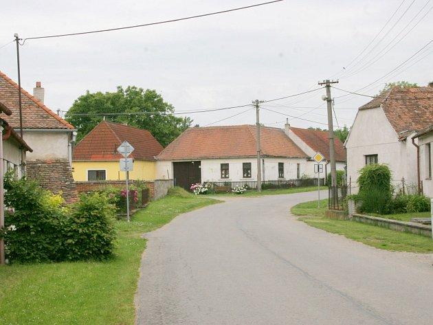 Přímo středem silnice povedou výkopové práce a později i nová kanalizační síť v Litovanech.