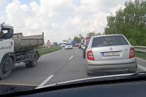 Uzavírka průtahu v Náměšti nad Oslavou nebude zdaleka jedinou komplikací, která řidiče na silnici I. třídy na Třebíčsku potká. Již nyní se opravuje silniční most přes koleje mezi Náměští a odbočkou na Sedlec.