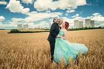 """U heřmanické kapličky v těsné blízkosti elektrárny si pod širým nebem snoubenci řekli své """"ano""""."""