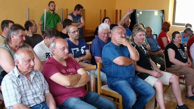 Obyvatel Pocoucova se na besedě k bezpečnosti místní dopravy sešlo asi čtyřicet.