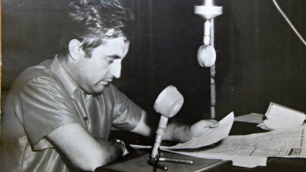 Redaktor třebíčského rozhlasového studia Richard Paleček při vysílání v srpnu 1968.