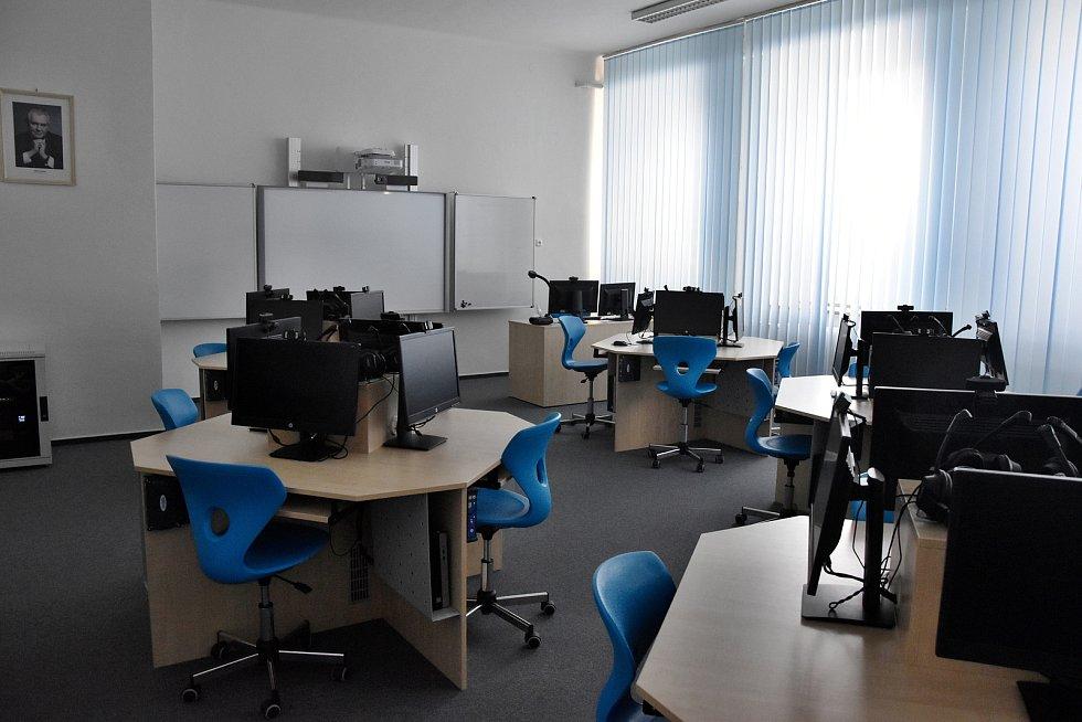 Ve druhé budově, kterou navštěvuje druhý stupeň v minulých letech dokončili rekonstrukci jazykové učebny