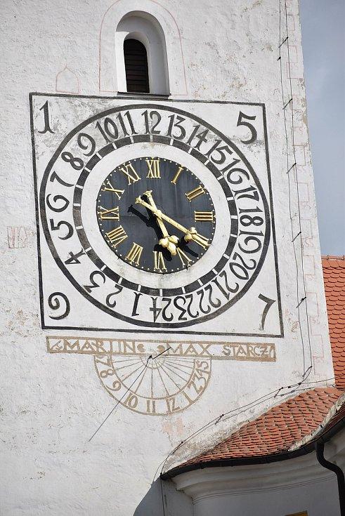 Kostel svatého Jakuba Staršího ve Stařči je unikát. Na věži jsou totiž kromě klasických i dvacetičtyř hodinové hodiny. Ty byly v minulosti plně funkční.