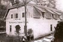 Sirné lázně v Dobré Vodě u Kožichovic mají historii, sahájící až do první poloviny devatenáctého století. Tato fotografie pochází z roku  1906.