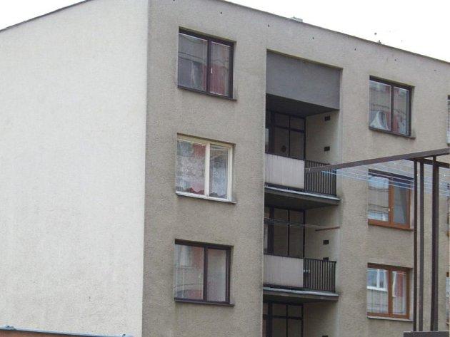 Osudné okno. Z bílého okna, druhého nejvyššího v domě, vypadl malý chlapec.