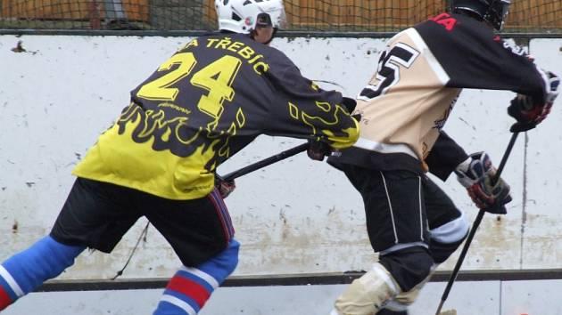 Zápas okresních rivalů mezi Přibyslavicemi (u míčku) a Třebíči nabídl běhavý hokejbal se šancemi na obou stranách. Po bezbrankové první třetině začali být aktivnější domácí, kteří dvěma góly převážili misky vah na svou stranu.