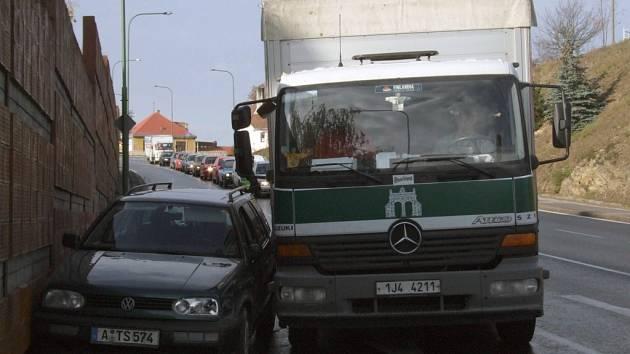 Srážka nákladního a osobního vozu v borovinském kopci.