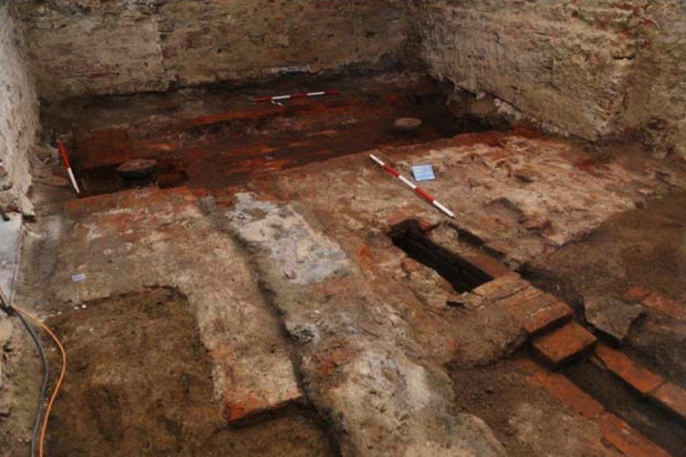 Při rekonstrukcí části bývalého kapucínského kláštera našli ve sklepě pozůstatky parního stroje.