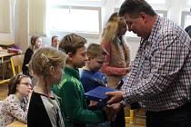 Před dvěma týdny pomohly čtyři děti k záchraně patnáctileté Magdy ze Slavětic, pod kterou se na tamní nádrži probořil o jarních prázdninách led. Všichni čtyři zachránci jsou žáky Základní školy v Hrotovicích, a proto se slavnostní poděkování událo tam.