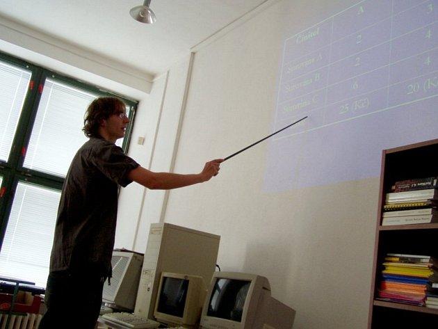 Před komisí. Každý student si musel připravit prezentaci svého tématu a ten pak obhájit.