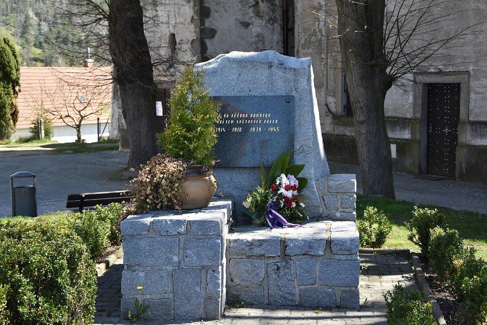 Vedle kostela je umístěný pomník obětem světových válek