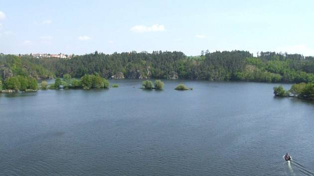 Vody je dost. Sucho Dalešickou přehradu nepoznamenalo. Nádrž je v těchto dnech plná vody.