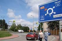 Řidiči se v těchto dnech i následujících týdnech a měsících musí mít na Třebíčsku na pozoru. Na silnici první třídy je totiž čeká velké množství značek symbolizujících dopravní omezení, uzavírky a objízdné trasy.