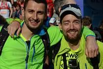 Běžec Ondřej Zmeškal (vpravo) s trasérem Lukášem v cíli čínského maratonu.