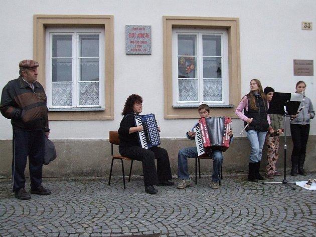 """Na nové kamenné pamětní desce, která visí na domě číslo popisné 33 stojí tento text: """"V tomto domě žil Josef Augusta, první český starosta v Jemnici v letech 1890 – 1919."""