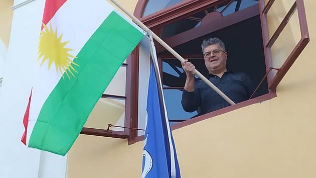 Na radnici v Okříškách vlaje kurdská vlajka
