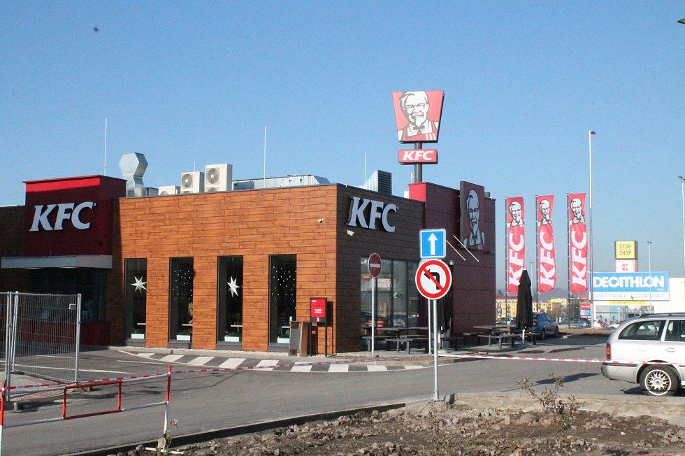V nákupní zóně STOP SHOP před několika dny otevřel Decathlon a KFC, do jara přibudou další obchody.