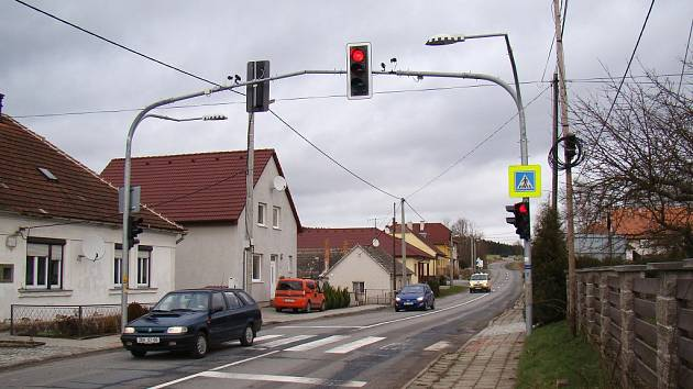 Podle některých obyvatel Pocoucova (na snímku) se zpomalovací semafor v jejich vesnici neosvědčil, řidiče pod ním totiž často projíždějí, i když svítí červená.