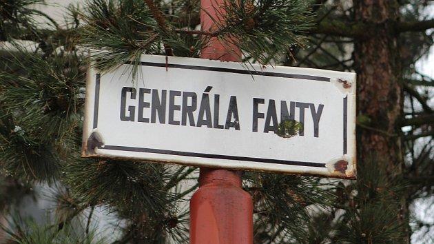 Kriminalisté z oddělení vražd vyjížděli v noci z úterý na středu do ulice Generála Fanty v Třebíči, kde mělo dojít k závažnému násilnému trestnému činu v jednom z rodinných domů.