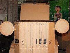 Výstava prostorových instalací žáků třebíčských škol nese název Móda a automobily před 100 lety.