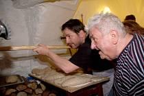 K pokusnému domácímu pečení využili žitnou a pšeničnou mouku v poměru  3:1. Pro lopatu i pometlo bylo nutné připravit hodně dlouhé násady, pec je totiž hluboká čtyři metry.