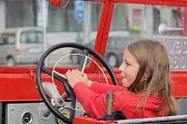 Historická hasičská auta hasičů z Heraltic a Rapotic.
