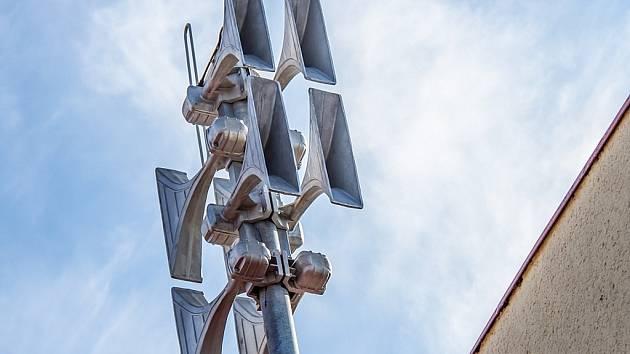 Staré sirény plánuje firma ČEZ, která elektrárnu provozuje, vyměnit za nové, které budou schopné vyprodukovat nejen výstražný tón, ale také varování mluveným slovem.