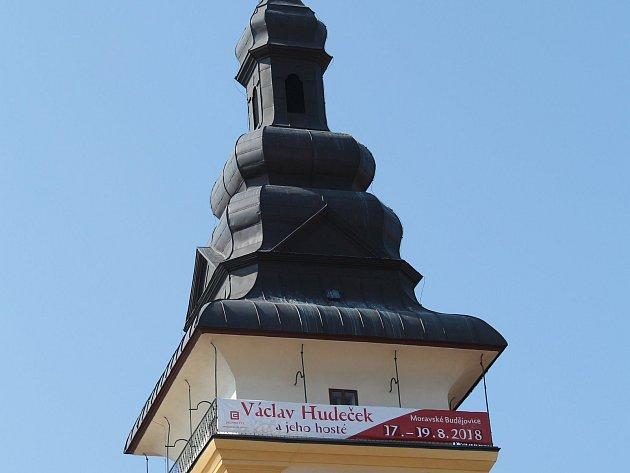 Na věži v Moravských Budějovicích už visí poutač na Hudečkův hudební festival.