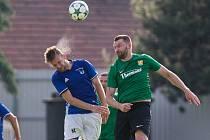 Ve finále krajského poháru Vysočiny byli fotbalisté Nové Vsi (v modrých dresech) nad síly Rapotic (v zelených dresech).