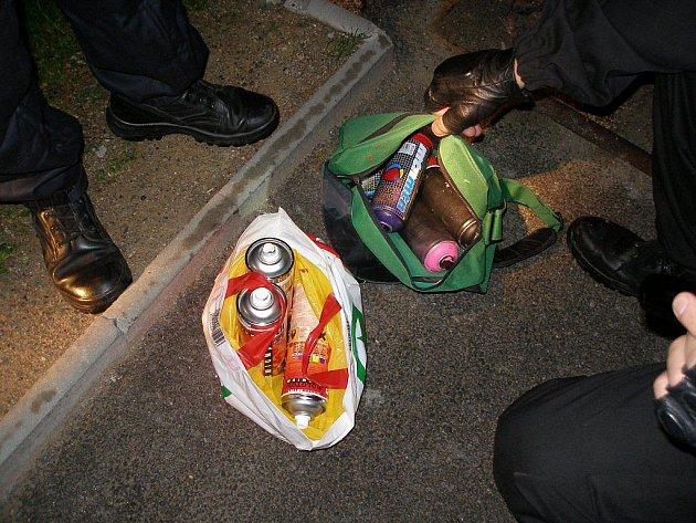 Všichni tři muži byli strážníky zadrženi i se zbytky barev v Týnském údolí.