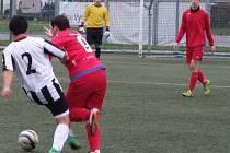 Juniorka HFK Třebíč (v červeném) bez výraznějších problémů porazila na umělé trávě Žďár nad Sázavou, ale opět zahazovala šance jako na běžícím pásu.