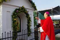 Místní rodák Pavel Posád požehnal opravenou kapličku svatého Floriána v Budkově.