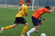 Fotbalisté Budišova-Náramče (u míče) se pravidelně v přípravě utkávají s Velkou Bíteši. Stejně jako v létě doma (na snímku) opět vyhrál tým z Třebíčska.
