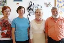 Za úspěchem Bajdyše a Bajdyšku stojí řada lidí. Určitě mezi ně patří zleva Pavla Wolfová, druhá zprava Karla Ošmerová a Petr Gross. Dana Fialová (druhá zleva) vede současnou mladou muziku pro tanečníky Bajdyšku.