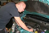 Petr Lorenc z Autoelektro CAR-EL.cz popisuje postup při přestavbě vozu na bioethanolový pohon. Pro mnohé zázračná přídavná jednotka se připojí k vstřikovacím ventilům a napájení. Při chodu motoru zajistí správný poměr částí paliva E85.