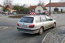 Nepřehledné křížení čtyř silnic se v pondělí definitivně změnilo na kruhový objezd.